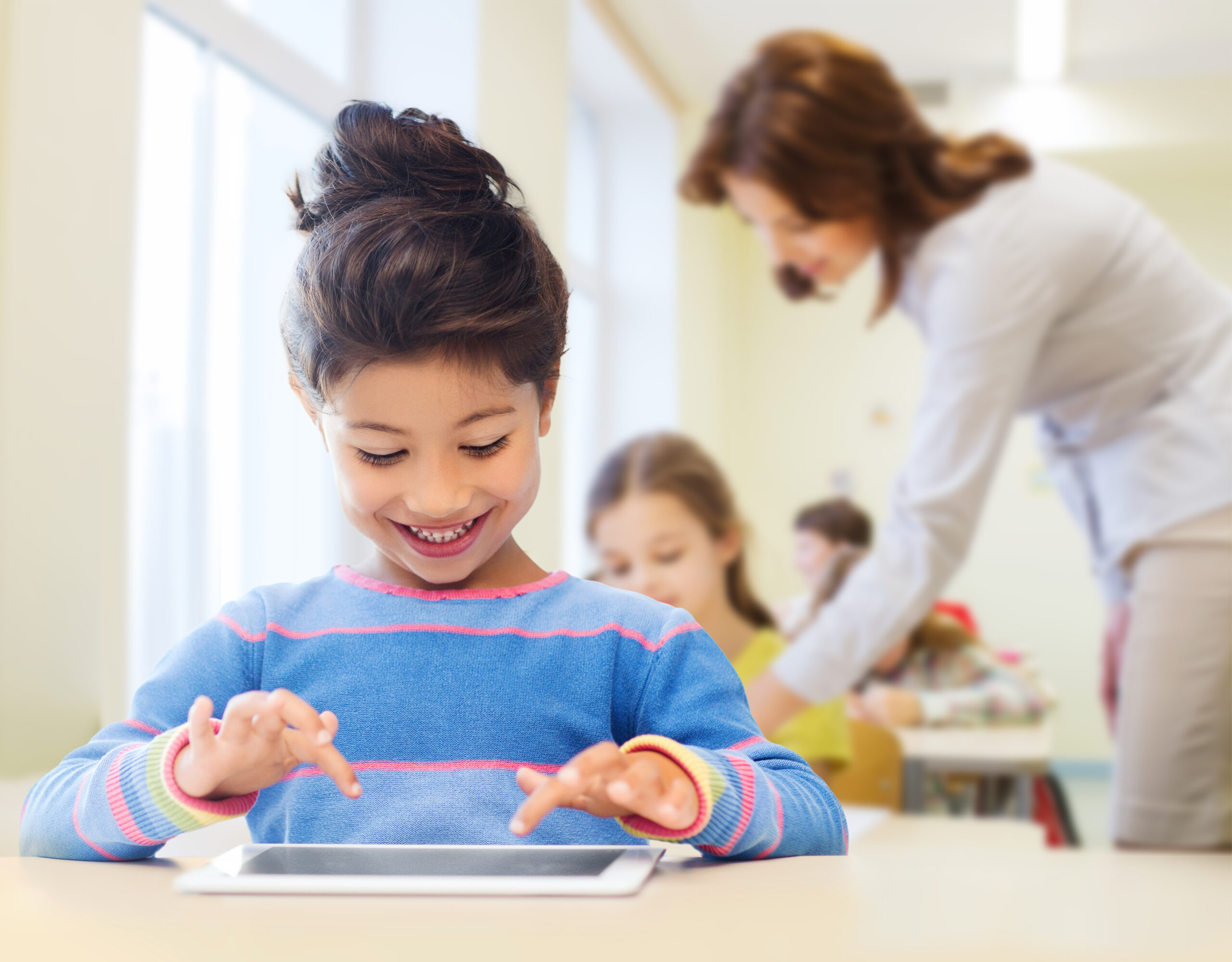 Schülerin am Tablet-PC. Foto: Colourbox.